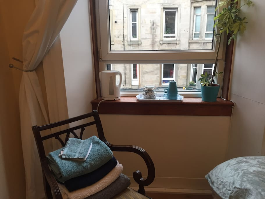 Edinburgh apartments 142 easter road apt 5 easter road the bedroom has a tea tray so you can make a cuppa in the morning without negle Images