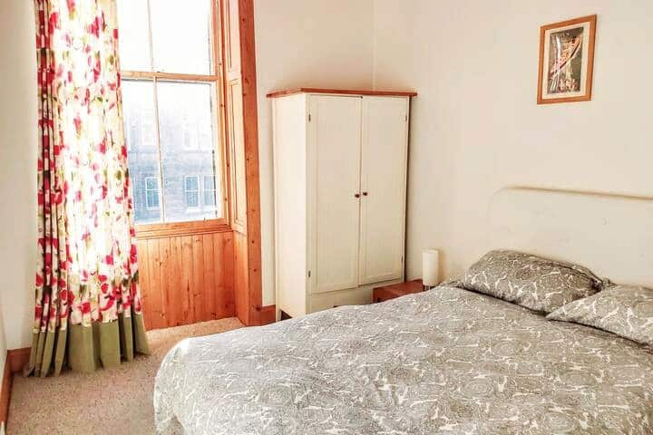 King size bed, wardrobe and chest of drawers