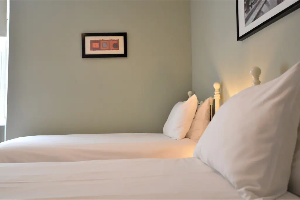 Bedroom 3 - twin beds and ensuite bathroom
