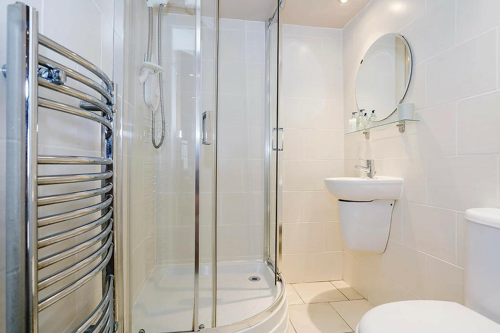 En-suite bathroom (Bedroom 1)